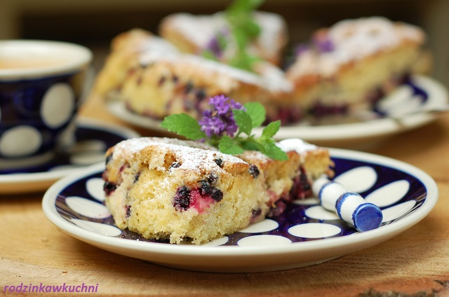 szwedzkie ciasto z rabarbarem i jagodami_ciasto błyskawiczne_biszkopt z owocami_ciasto na lato