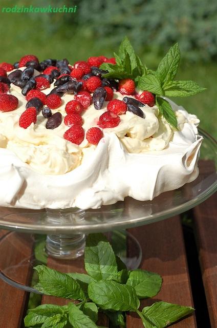 torcik bezowy z kremem limonkowy i owocami leśnymi_tort bezowy_tort z kremem mascarpone_tort na lato