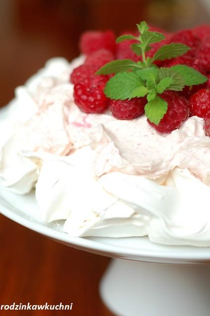 torcik bezowy z kremem różanym i malinami_tort z kremem z płatków róży_tort z kremem mascarpone