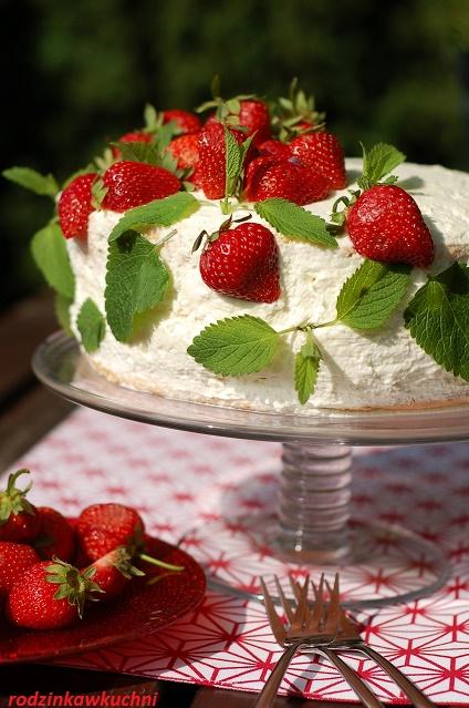 tort bezowo-biszkoptowy z truskawkami_tort z bitą śmietaną_tort na lato