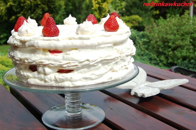 Tort bezowo-kokosowy z truskawkami_torty_przepisy na lato