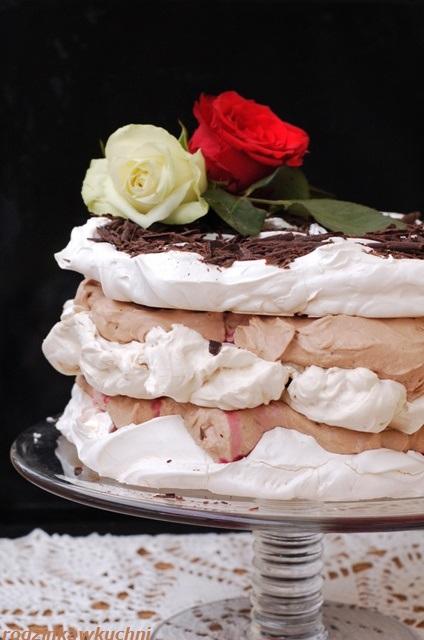 tort bezowo-różany z kremem czekoladowym i malinami_jadalne kwiaty_tort bezowy_krem czekoladowy