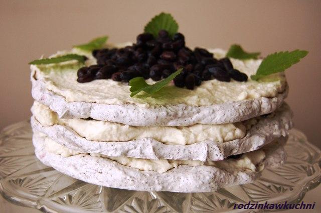 tort bezowy stracciatella z jagodami_ciasto z kremem_ciiasto z owocami