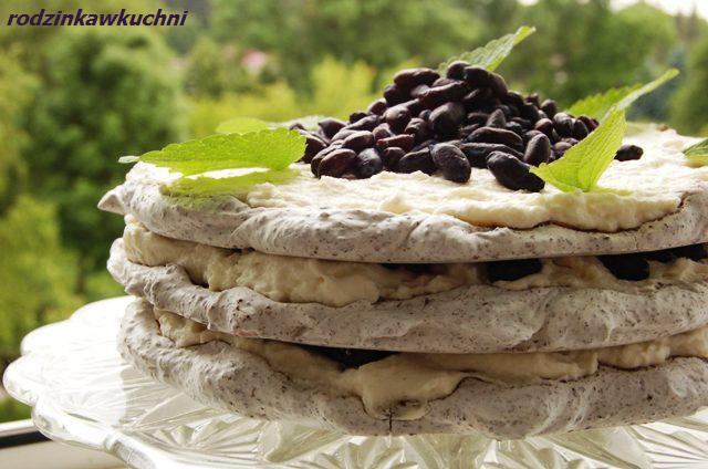 tort bezowy stracciatella z jagodami_ciasto z kremem_ciasto z owocami_ciasto z bitą śmietaną