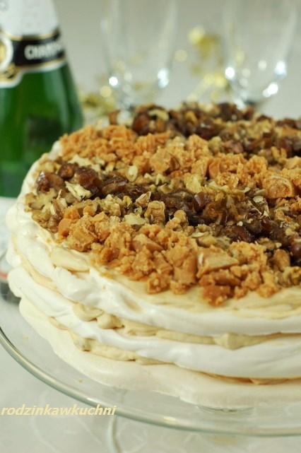 tort bezowy z kajmakiem, daktylami i orzechami_tort urodzinowy_odświetne ciasto
