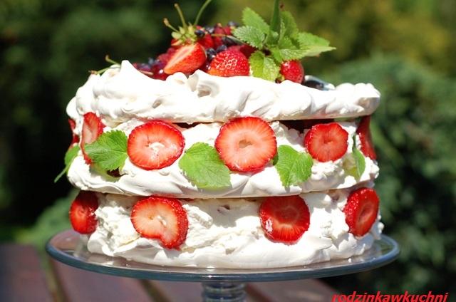 tort bezowy z truskawkiami_tort z owocami i śmietaną_przepisy na przyjęcia latem_wykorzystanie białek