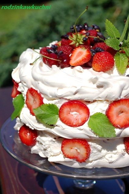 Inne bezowe torty:  tort bezowy  tort bezowo-kokosowy z truskawkami  tort bezowy stracciatella z jagodami  tort bezowy z kajmakiem, daktylami i orzechami