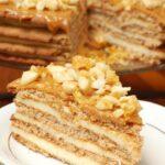 Tort sernikowy przekładany plackami miodowymi