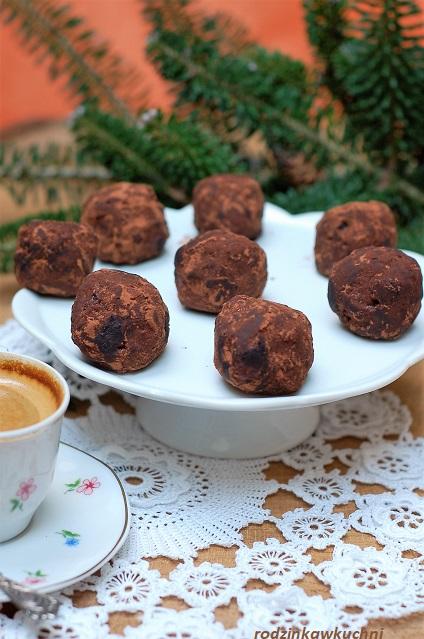 trufle krówkowo_czekoladowe ze śliwkami w rumie_domowe słodycze_przepisy na Boże Narodzenie