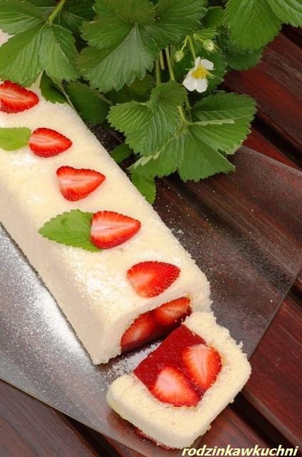 Truskawkowiec_biszkopt z truskawkami_ciasto z owocami_przepisy na lato