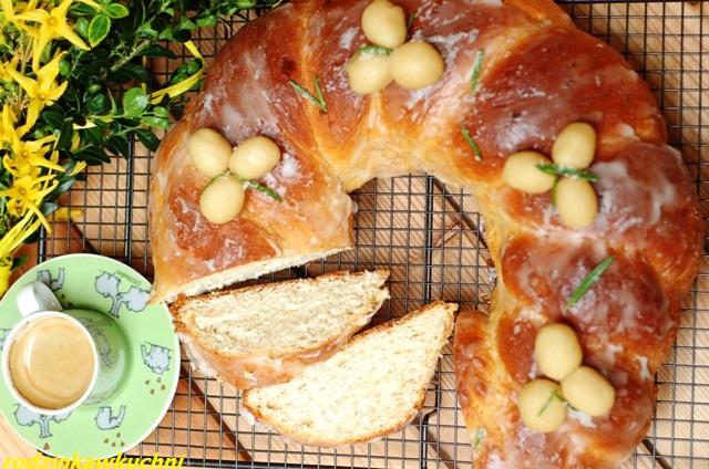 wielkanocny wieniec drożdżowy_ciasto drożdżowe_wypieki na Wielkanoc