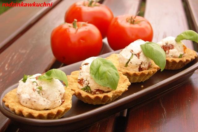 wytrawne babeczki z nadziewane suszonymi pomidorami_słone babeczki_kruche babeczki_finger food
