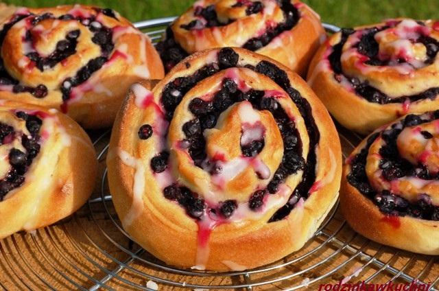 Zakręcone jagodzianki_drożdżówki z jagodami_bułki z jagodami_ślimaczki z jagodami