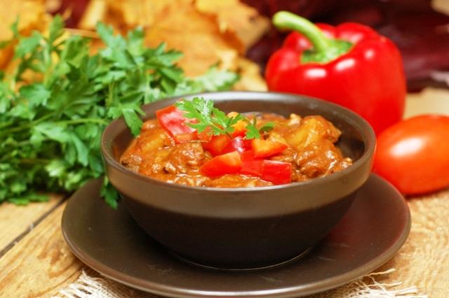 zupa gulaszowa_dania jednogarnkowe_dania rozgrzewające_dania na zimę_kuchnia węgierska