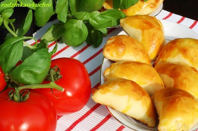 paszteciki krucho-drożdżowe z suszonymi pomidorami_pierogi pieczone_finger food_przepisy na piknik