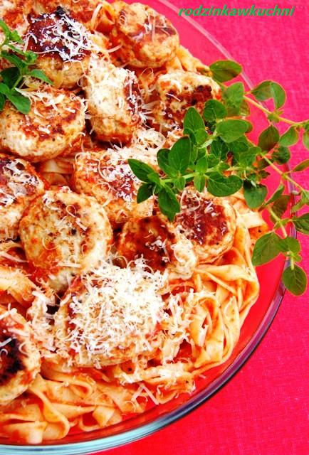 tagliatelle z klopsikami w sosie pomidorowym_mkarony_dania z drobiu_kuchnia włoska